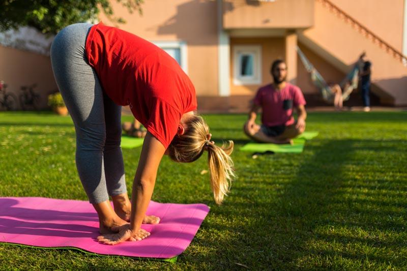 sessione yoga giardino surf lodge