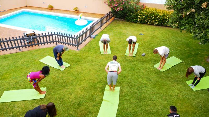 sessione yoga giardino surf camp portogallo